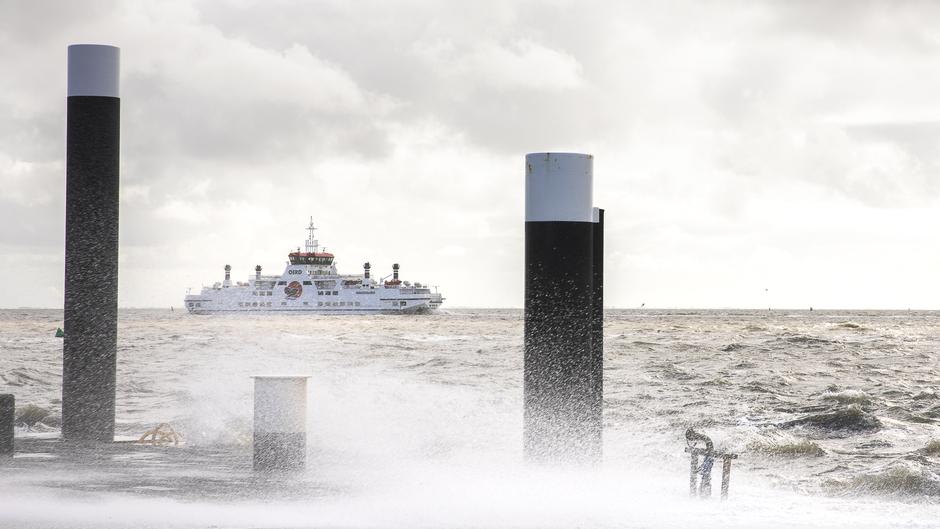 Harde wind en hoog water veer boot vaart nog wel