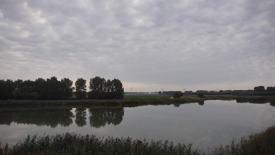 grijs en bewolkt 12 gr windstil bij de weel