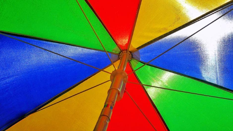 De parasol kan weer uit het vet