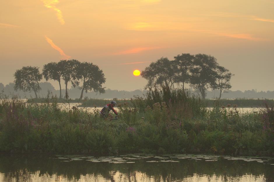 Een mooie Zonsopkomst met wat grondnevel zag ook de vroege fietser!