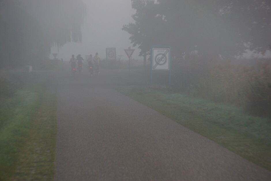 op weg naar school in de mist  14 gr 07.46 uur