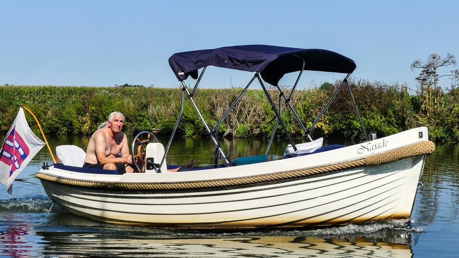 Tropisch warm verkoeling op het water