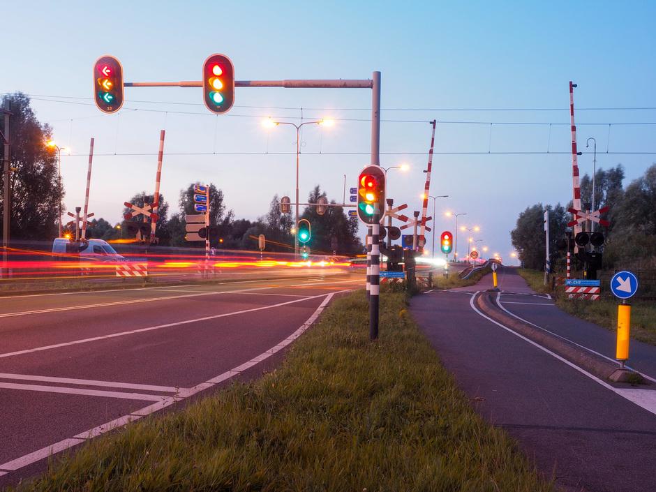 De stoplichten staan op rood, oranje en groen ....