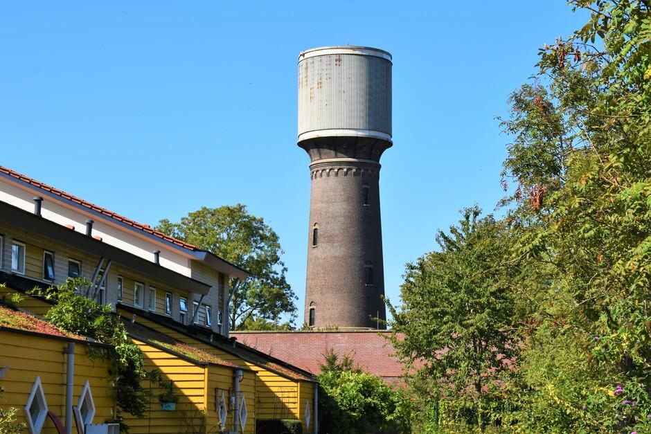 Zonovergoten en een strak Blauwe lucht bij de meer dan 100 jaar oude watertoren