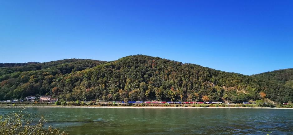 Strakblauw en al wat herfstkleuren bij de Lahn