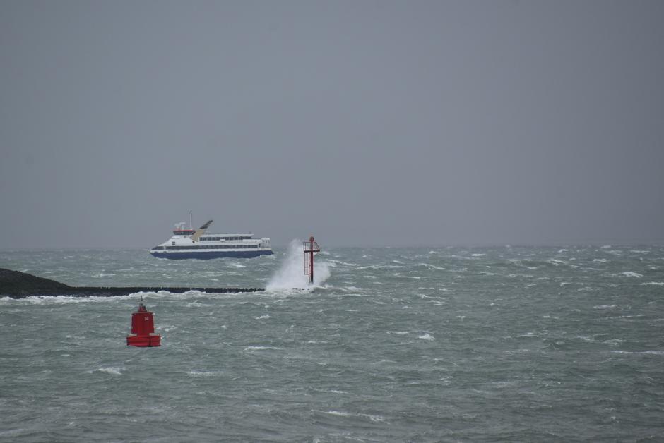 Veerboot op woeste zee