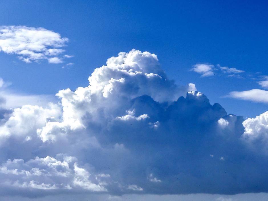 Prachtige opbollende stapelwolken