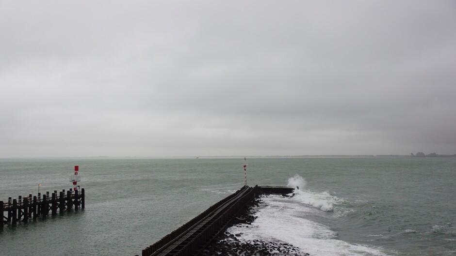 grijs en bewolkt op de Westerschelde 16 gr matige wind 09.04 uur