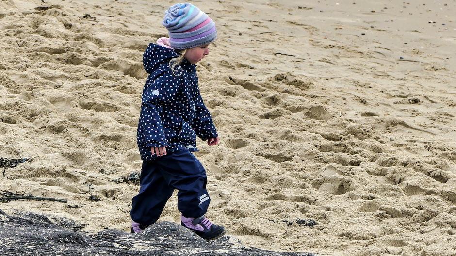 Strandwandeling in dikke jas