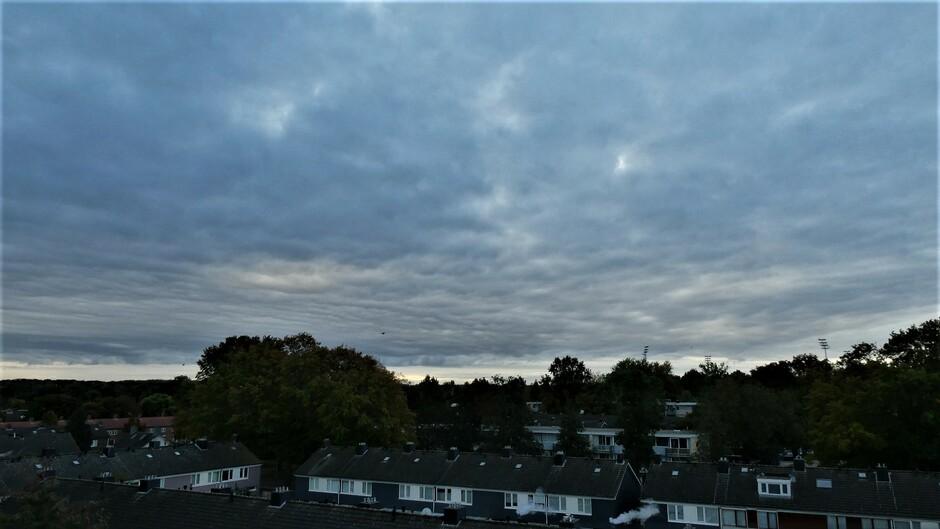 een flink wolkenpak deze ochtend te waalwijk