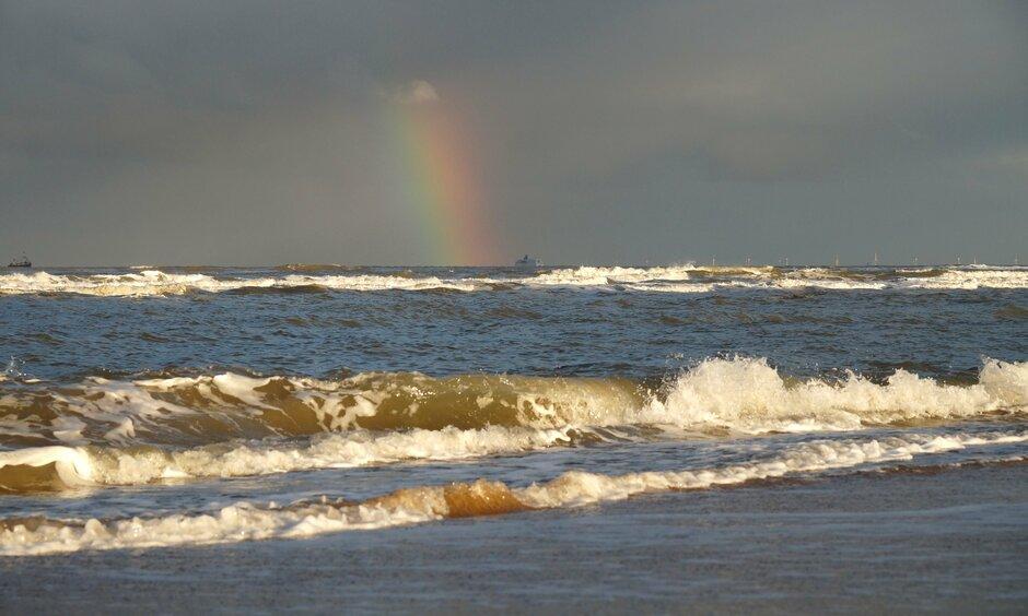 Regenboog boven zee