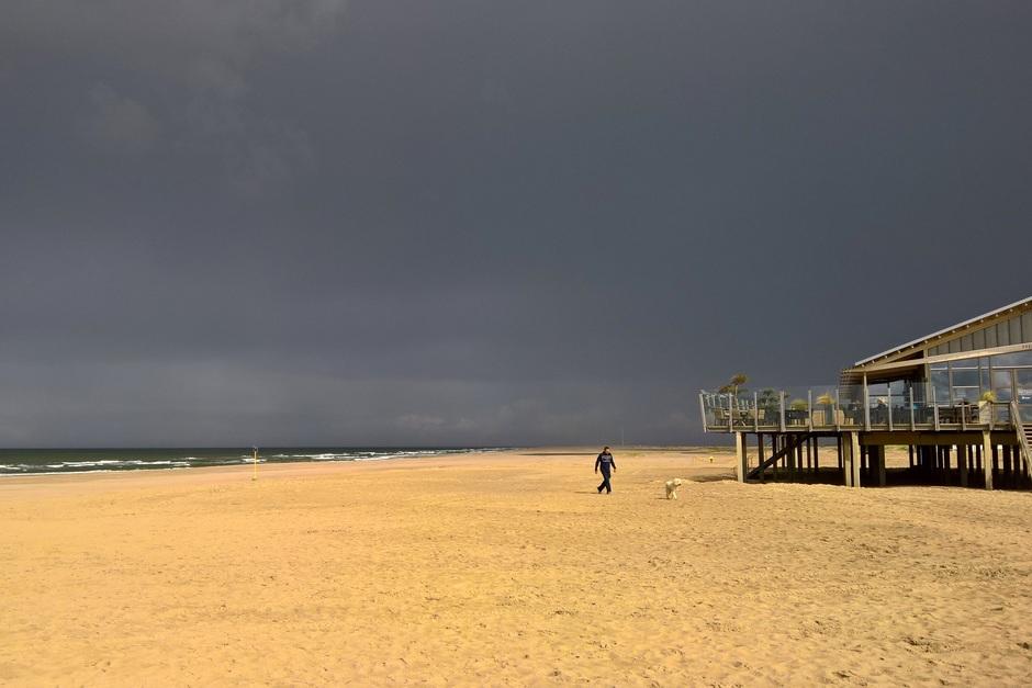 Inktzwart strand tegenlicht