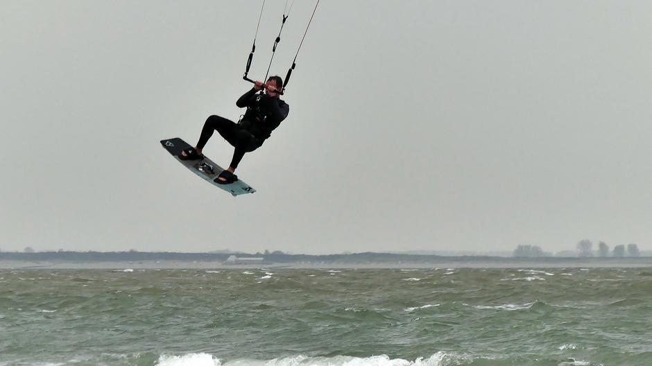 Aantrekkende wind ideaal voor kitesurfers