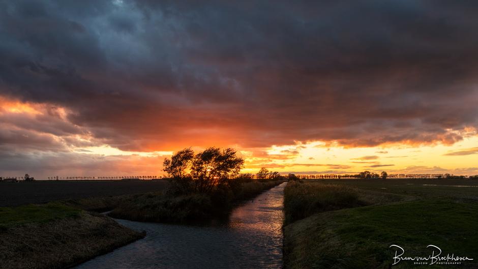 Zonsondergang na een regendag