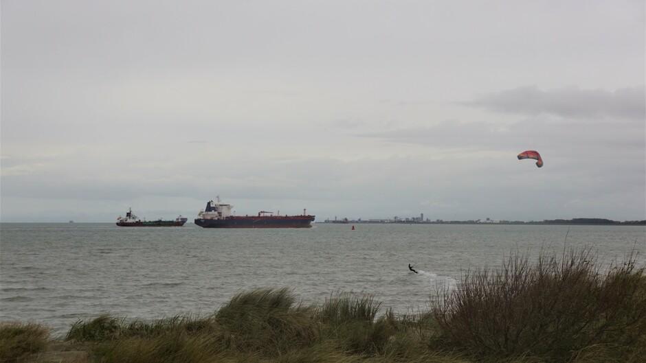 grijs en bewolkt op de Westerschelde 12 gr schepen en surfer op de Westerschelde