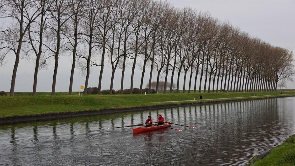 09.54 uur grijs weer iets zon 11 gr op het kanaal lekker roei weer