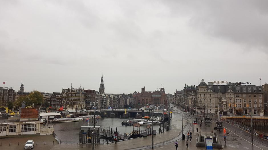 Grijs en grauw in Amsterdam om 14.15 uur