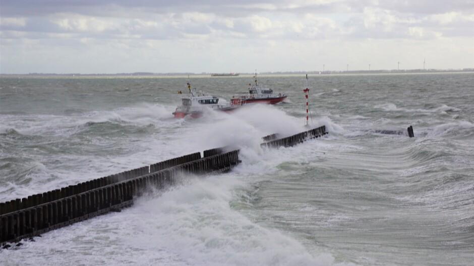 12 gr 14.01 uur onstuimig en stormachtig wolken 2  loodboten in de golven