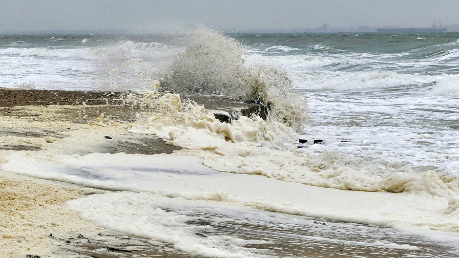 Wind en woeste overslaande golven