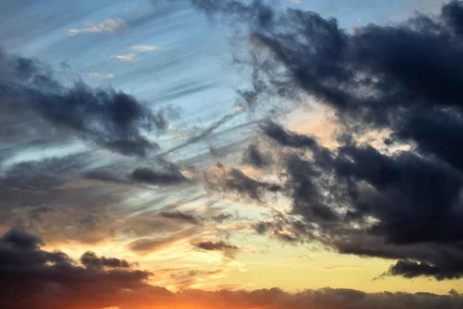 Indrukwekkende wolkenluchten vanavond tijdens zonsondergang