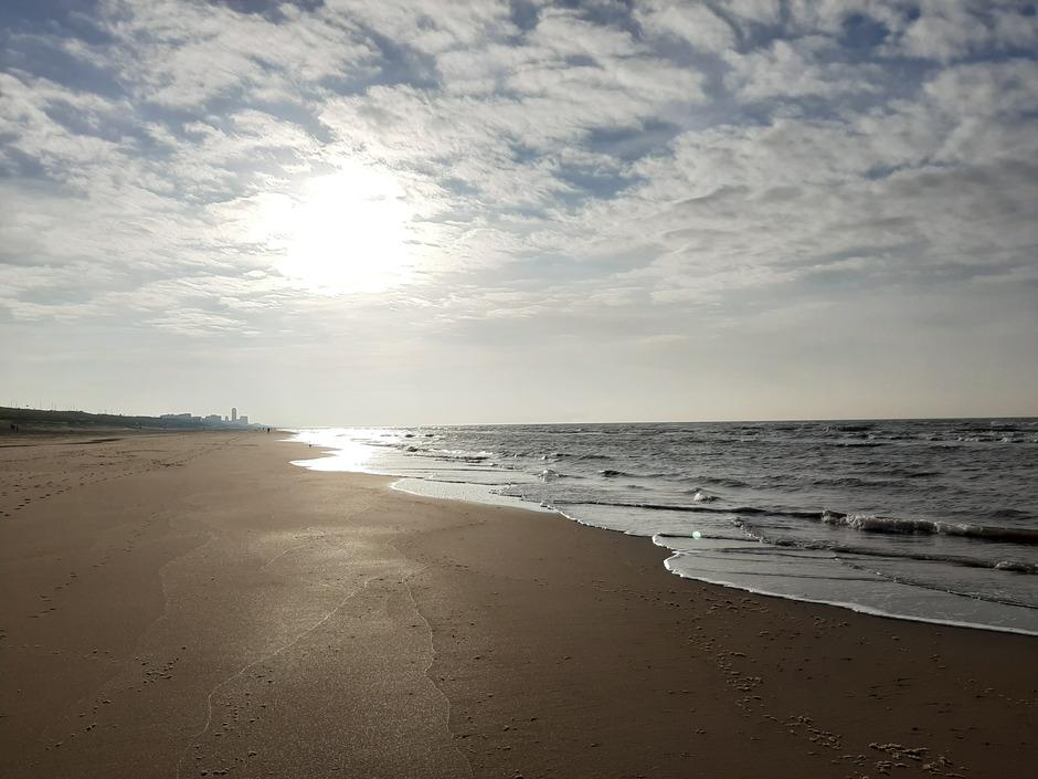vanmiddag op het strand van Bloemendaal aan zee. De zon komt erbij!