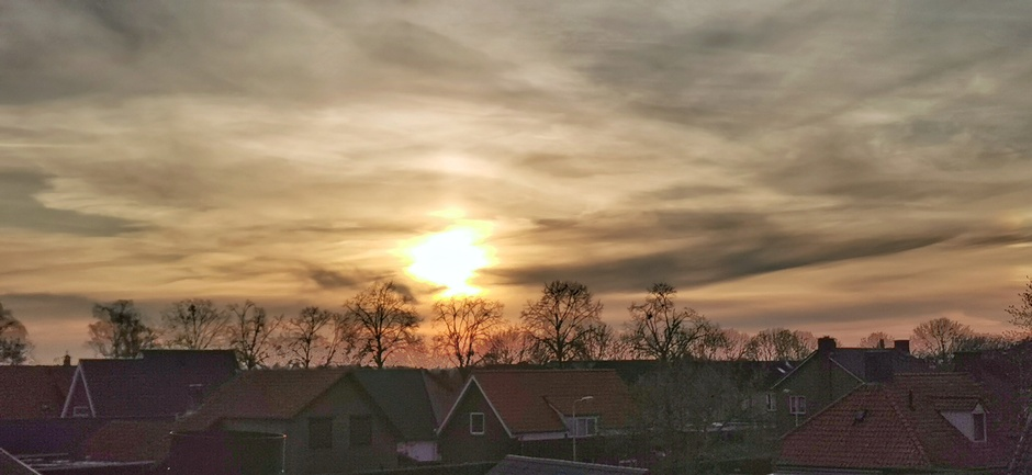 Sluiers voor de zon bij zonsondergang