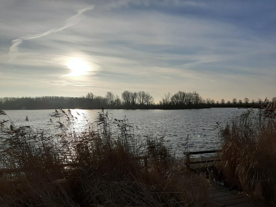 Vanmorgen in Velserbroek.  Aparte wolken voor de zon. Zon, sluierbewolking , aparte bewolking