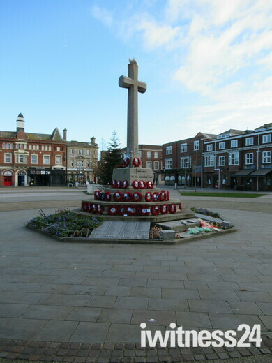 Seagulls/ piegons on top of the Exmouth Strand Memorial