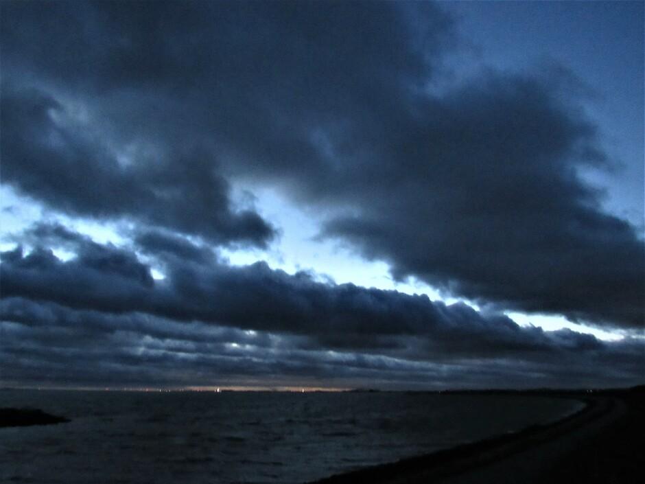 Windkracht 8! Zwarte wolken drijven over de Oosterschelde