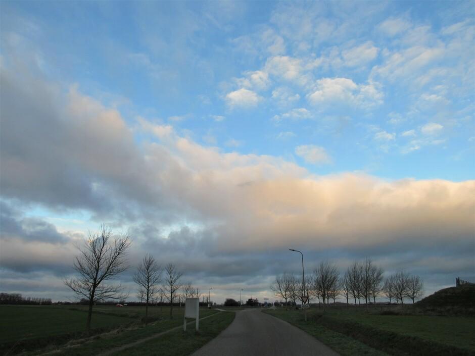 Prachtige wolkenlucht bij Kats om 9.00 uur