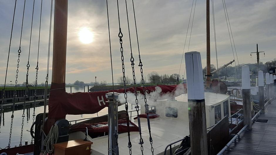 Waterig zonnetje en kachel opgestookt op de boot