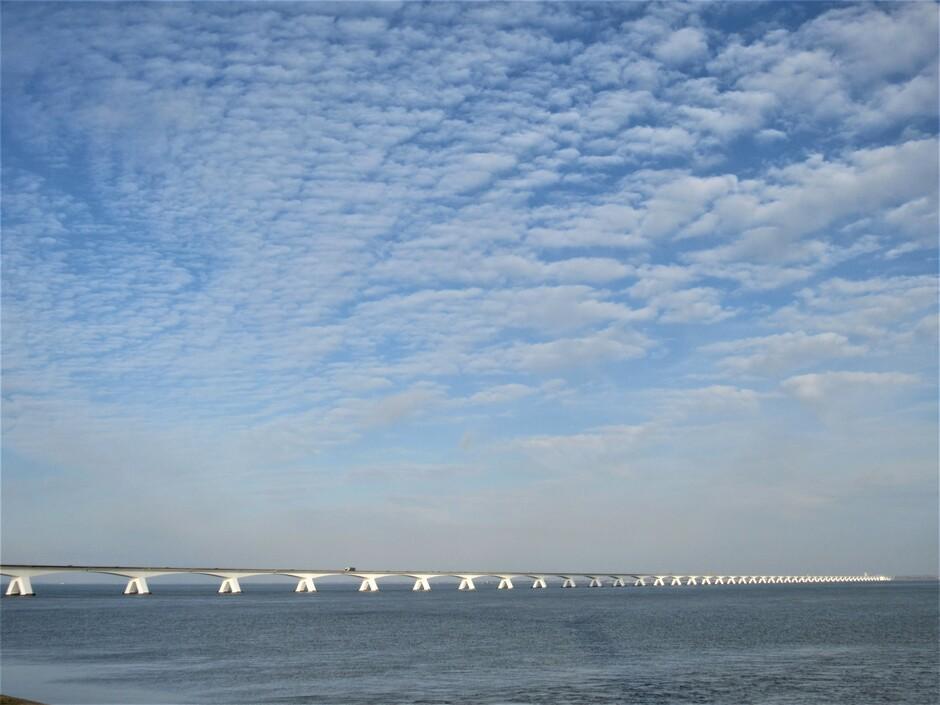 De Zeelandbrug, wolken en zon