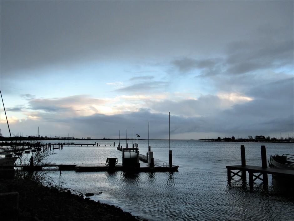 Veerse Meer rond 16.00 uur met wind, wolken en gevoelstemperatuur 0 graden
