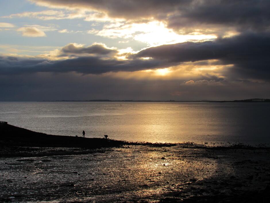 Zonnestralen, wolken, kleuren, Oosterschelde en oesters rapen