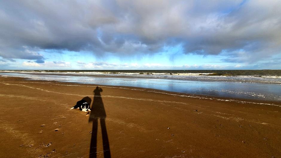 Vallende neerslag boven Noordzee