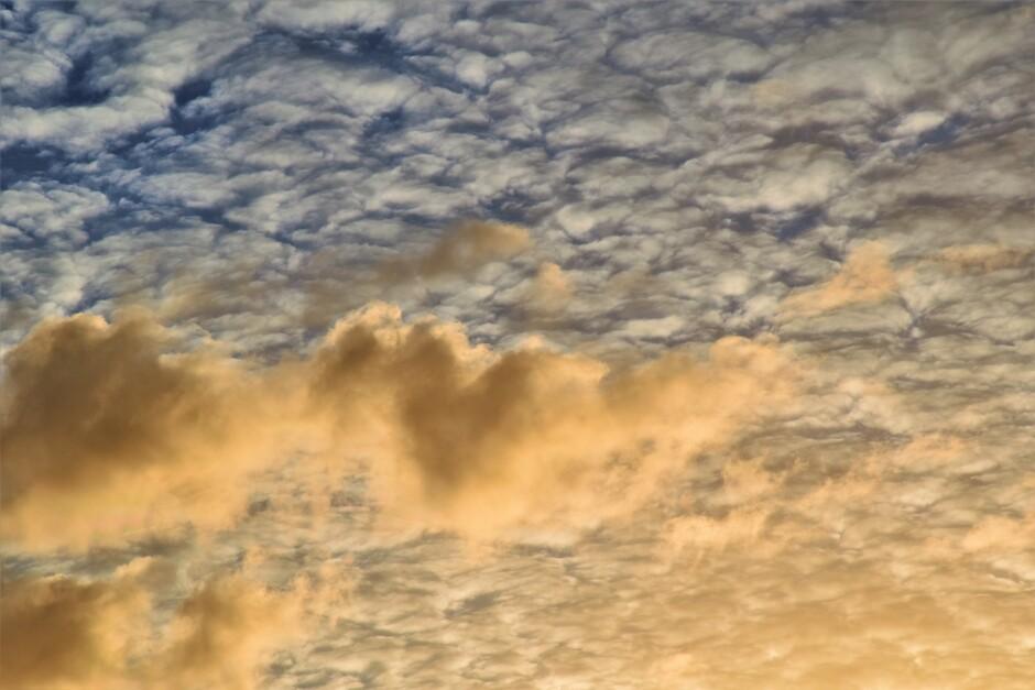 Mooie Wolkenlucht uit het Zolderraam vanmorgen