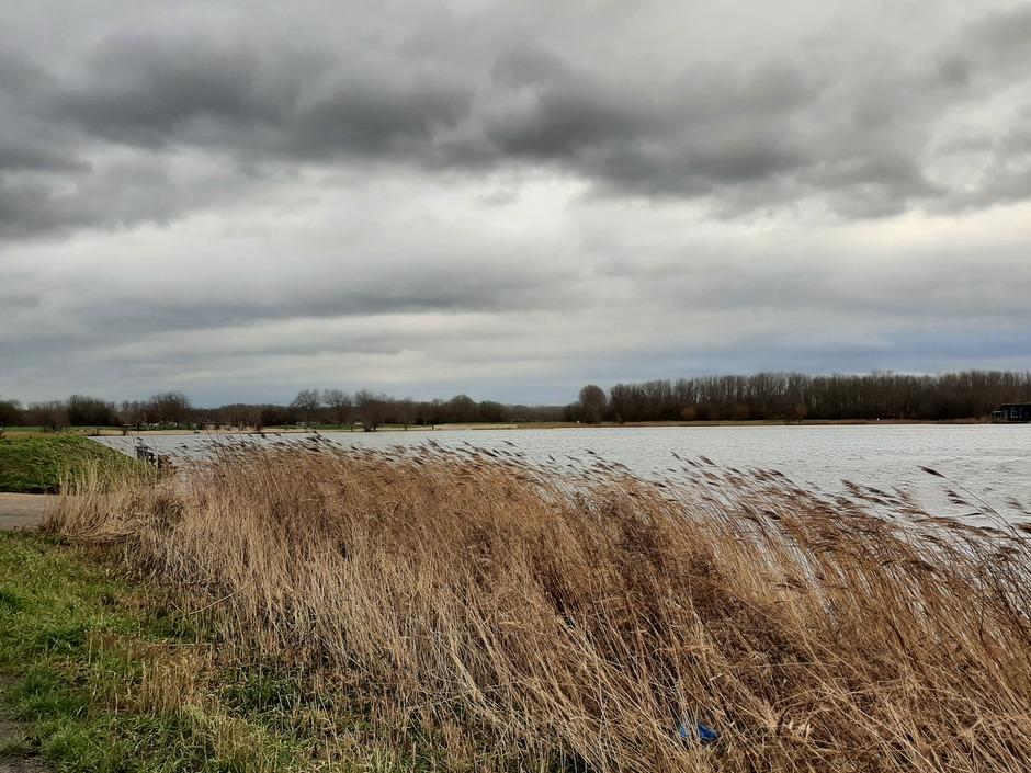 Veel bewolking en wind vanmorgen in Velserbroek