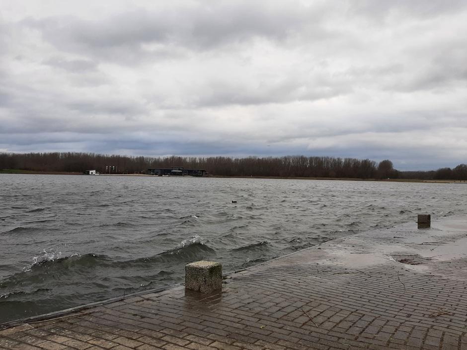 Golfjes op het water, veel wind en bewolking vanmorgen in Velserbroek