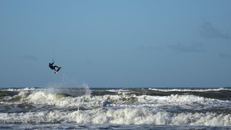 Sprong boven zee