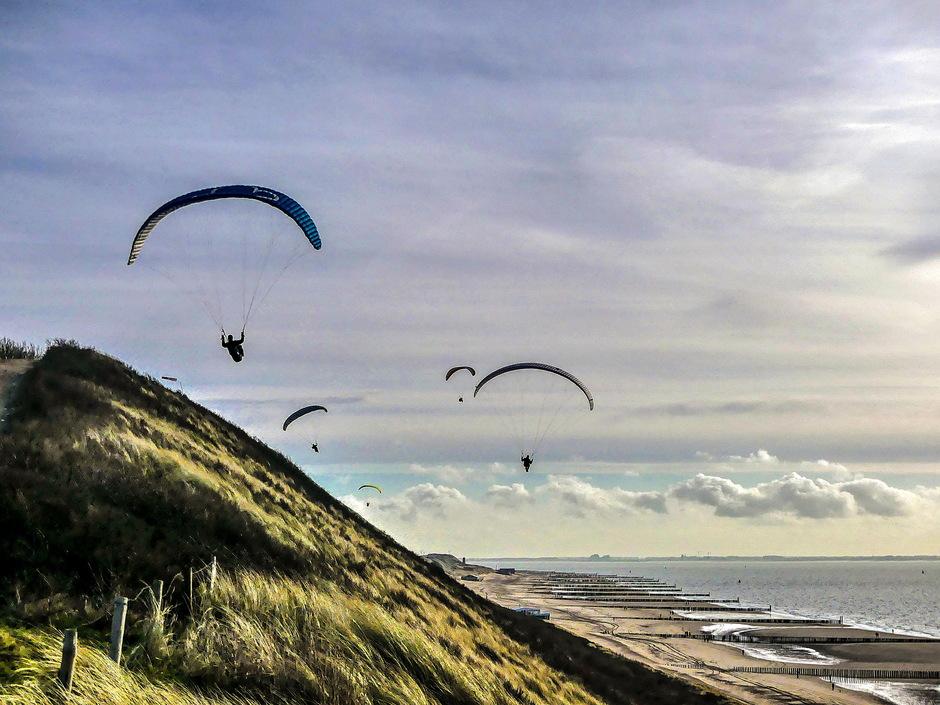Vrij zonnig sluierbewolking paragliders