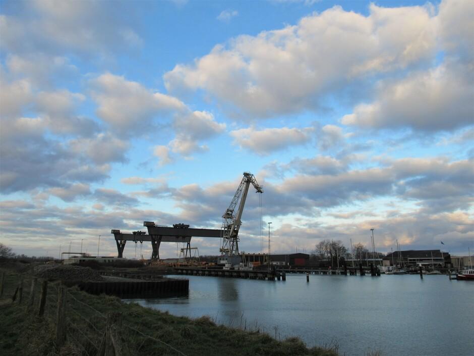 De werkhaven bij Kats, 2 portaalkranen die werden gebruikt bij de aanleg van de Zeelandbrug