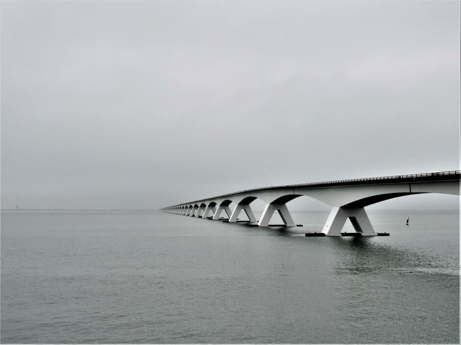 De Zeelandbrug in het grijs
