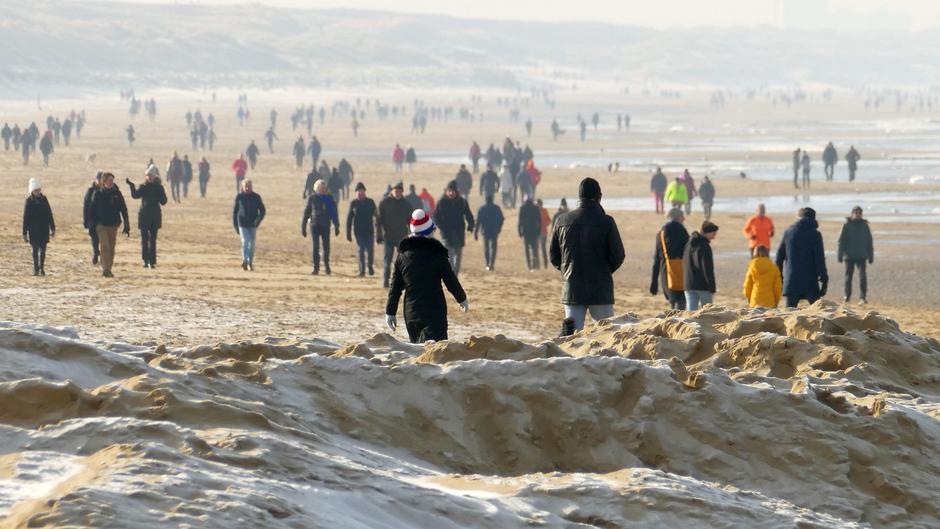 Jankende kinderen aan de kust van de koude!