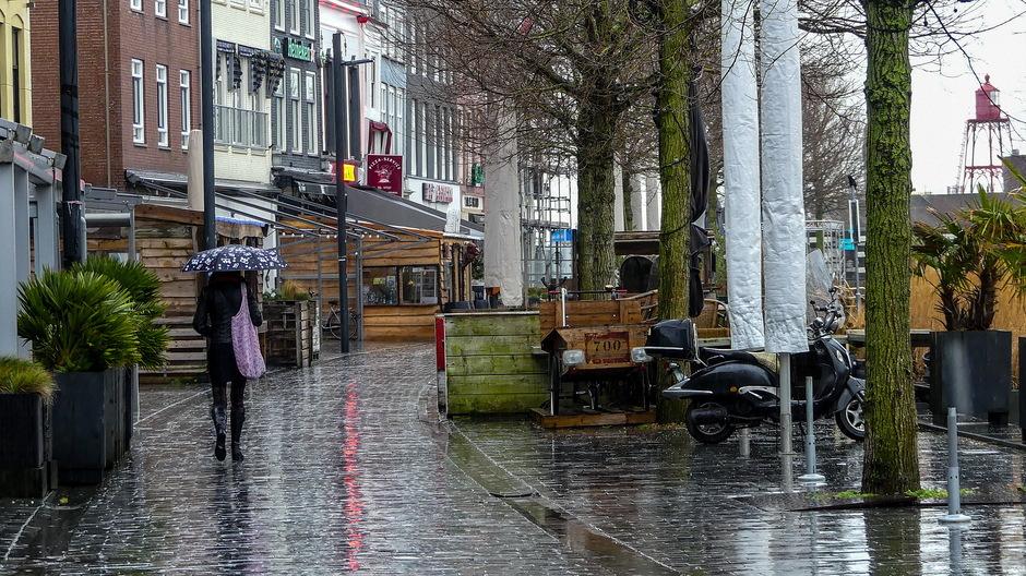 Grijze kletsnatte regendag parapluweer