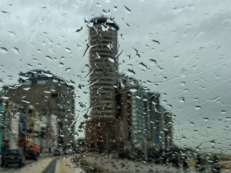 Grijze kletsnatte regendag