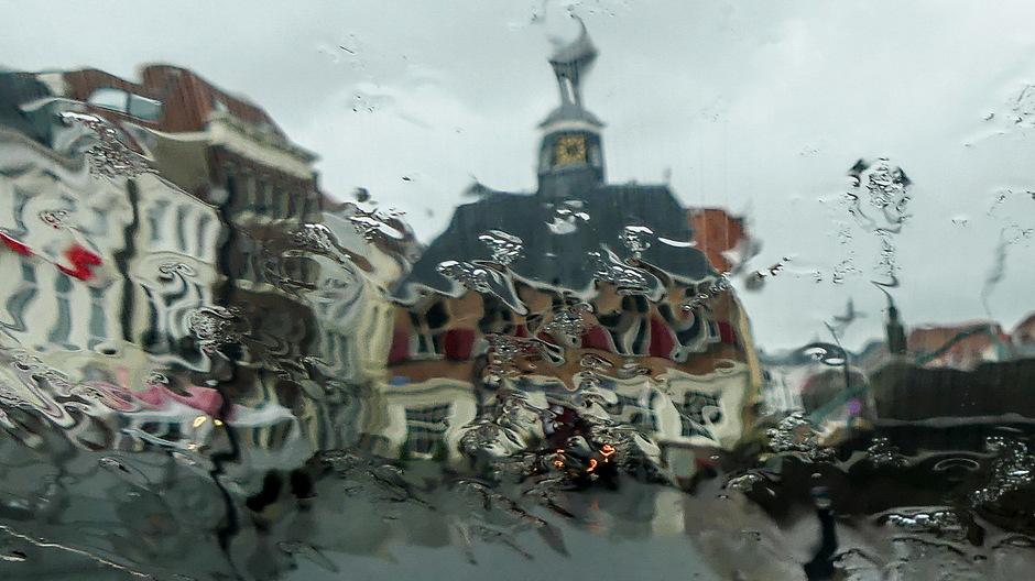 Grijze kletsnatte sombere regendag