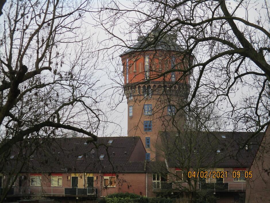 De oude watertoren afstekend tegen de grijze lucht