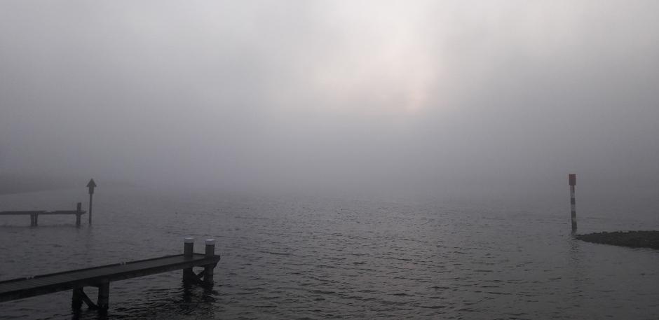 Mist ineens bij het Veerse Meer tijdens zonsopkomst