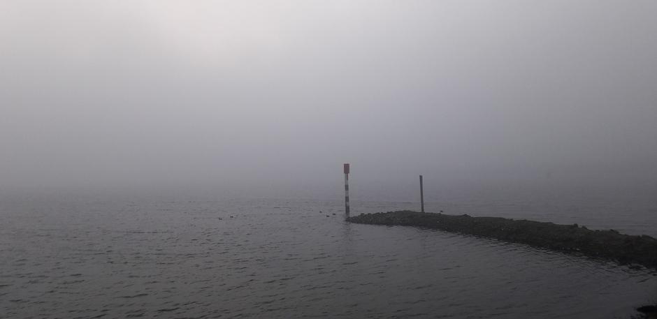 Dikke mist bij het Veerse-meer vanmorgen tijdens zonsopkomst, Geersdijk