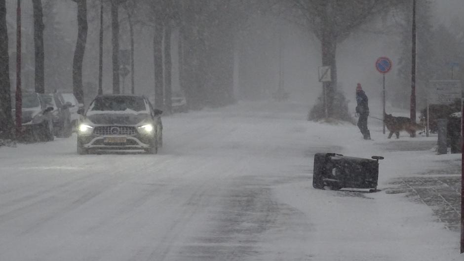 Driftsneeuw Doe voorzichtig op de weg